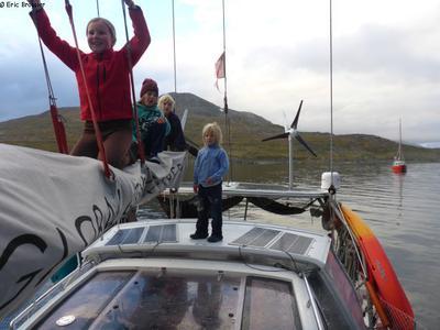 Leonie avec enfants a bord de Pachamama