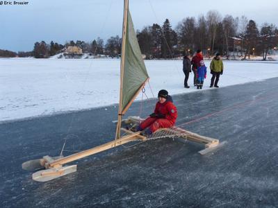 Léonie sur char à glace fabriqué par Seb