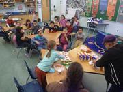 Leonie distribue gateaux dans sa classe pour ses 7 ans