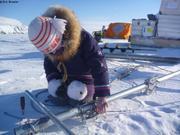 Leonie aide au montage de la station meteo