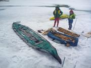 Leonie et Aurore perplexent devant kayak a monter