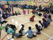 Enfants joyeux pendant jeux a Qikiqtarjuaq