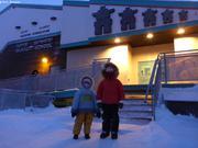 Aurore et Leonie un jeudi matin devant l'ecole de Qikiqtarjuaq