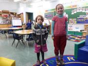Aurore et Leonie dans la classe d Aurore