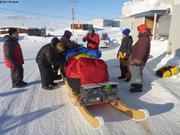 Les inuits contents de voir un traineau a chiens