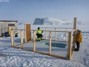 Construction de la tente au-dessus du trou