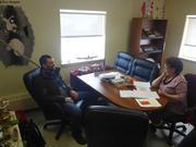 Le directeur de GreenEdge dans le bureau du maire de Qikiqtarjuaq