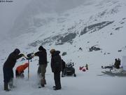 Percer la glace du lac pour pecher