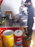 Leo prepare eau de mer filtree
