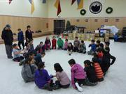 Enfants jeu de des Noel a Qikiqtarjuaq