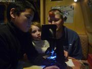 Shawn et Aurore observent plancton avec Eric