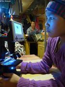 Samantha observe plancton au microscope