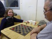 Leonie joue aux dames avec Loassie