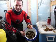 Eric au chaud dans la cabane apres 50min de plongee