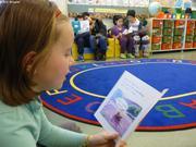 Les enfants lisent pour les parents a l'ecole