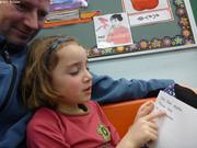 Aurore lit une histoire a son papa a l'ecole