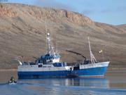 Manasie et Frankie de Grise Fiord a bord de Kiviuq1 en escale a Arctic Bay