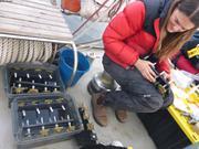 Jessica controle une derniere fois les echantillons avant remise a l'eau