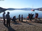 Plongeurs aident Jaypootie pour enfiler combinaison