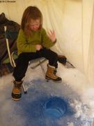 Leonie peche sous la tente