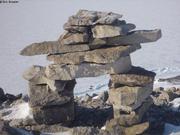 Inukshuk surplombe bivouac fjord Grise
