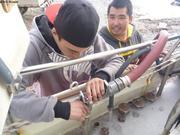 Terry et Adrien remplissent reservoirs eau douce