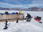 Eric manip station proche Grise Fiord ©Terry Noah