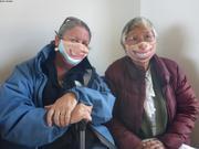 Joanne et Meeka portent le masque avec le sourire ©EB