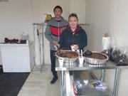Terry et Tamera offrent du boeuf musque a toute la communaute ©EB