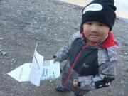 Tookilkee fier de son bateau fabrique par son pere Tom pour le Nunavut Day ©EB