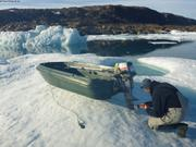 Eric repare moteur hors-bord sur glace derivante ©France Pinczon du Sel