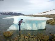 Leonie observe face cachee iceberg echoue ©EB