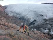 France grimpette face au glacier Sverdrup ©EB