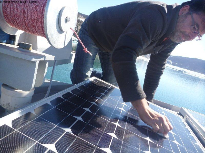 431 nettoyage panneaux solaires groenland2010 vagabond voilier polaire logistique pour. Black Bedroom Furniture Sets. Home Design Ideas