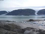 269q Leonie et glacons sur la plage