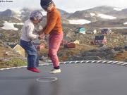 Aurore et Leonie trampoline Kulusuk