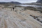Christian et roche usee par glacier