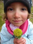 Aurore aime les fleurs