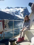 Aurore navigue au pied des montagnes pres de Nuuk