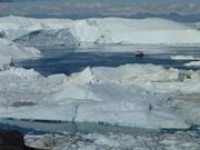 Touristes approchent icebergs