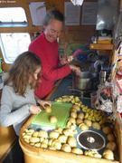 Aurore et France preparent potee