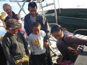 Ole et ses enfants observent avec camera sous-marine