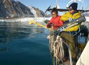 Maya et Dave prelevent eau devant glacier Belcher
