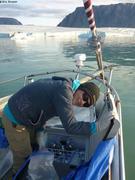 Leonie range echantillons dans frigo devant glacier Sverdrup