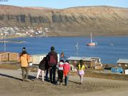 Bien escortes pour premiers pas a Arctic Bay