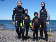 Famille en combis de plongee