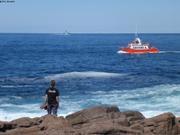 Nostalgie du bateau rouge sur la mer bleue