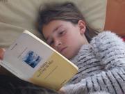 Aurore decouvre le livre de sa maman