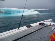 En trimaran entre les glaces
