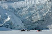 Motoneiges devant glacier